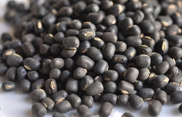 whole dried black lentils (urad dal)