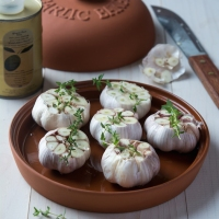 Garlic Bulbs with Thyme and Olive Oil