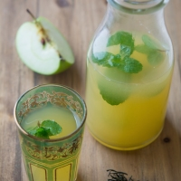 Iced Green Tea with Fresh Apple Juice and Mint