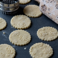 bee-shortbread-biscuits_unbaked